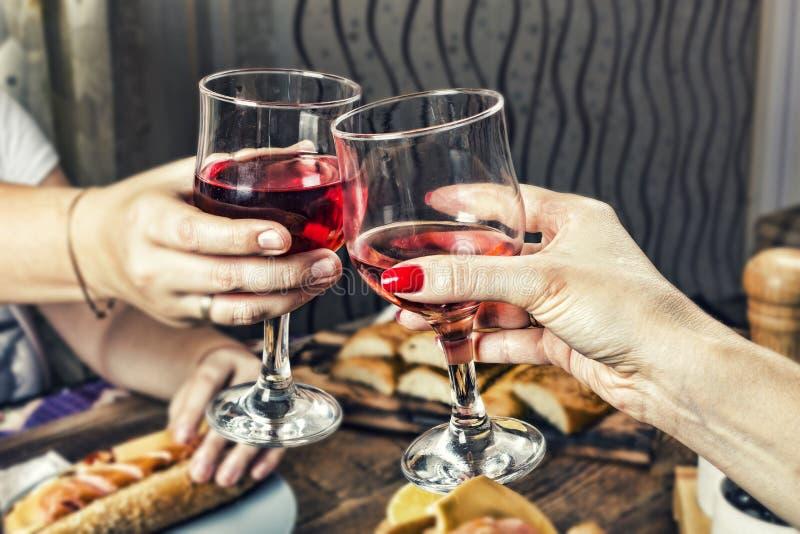 Вино, спирт, торжество, обедающий, стекло, романтичное, таблица, годовщина, празднует, крупный план, стоковые фотографии rf