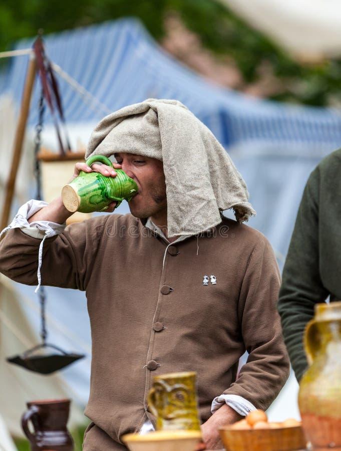Вино средневекового человека выпивая стоковое изображение rf