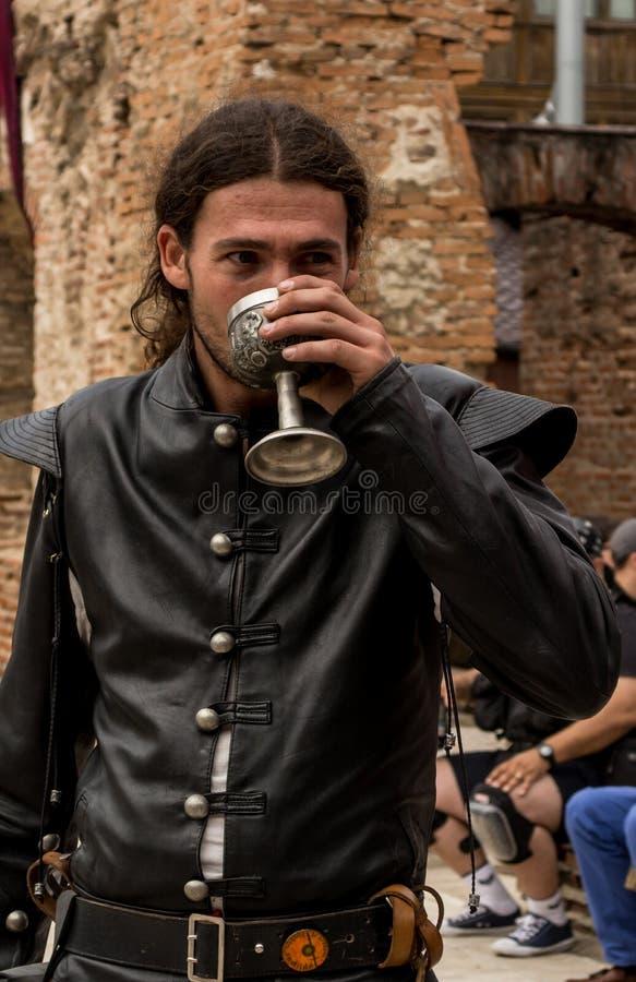 Вино средневекового человека выпивая стоковые изображения rf
