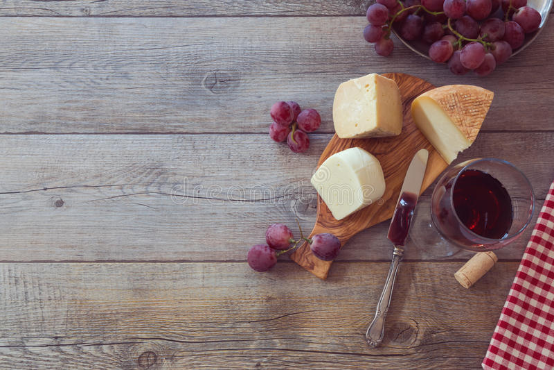 Вино, сыр и виноградины на деревянном столе Взгляд сверху с космосом экземпляра стоковая фотография