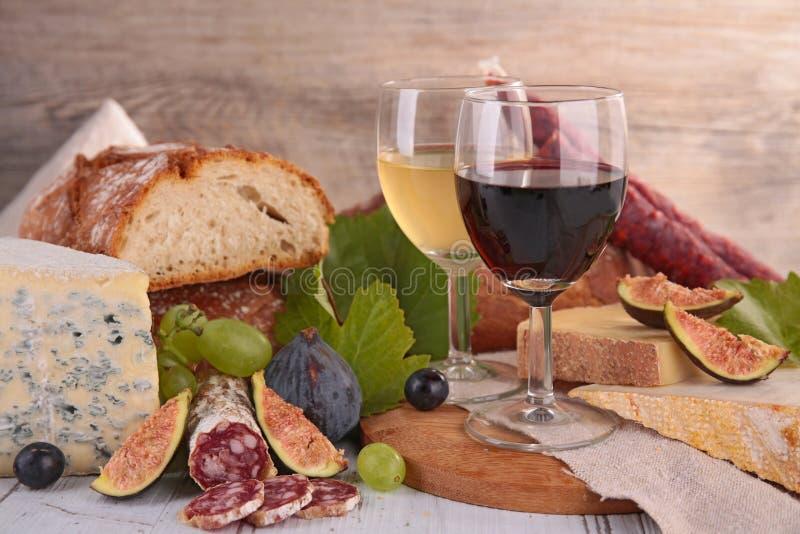 Вино, сыр и сосиска стоковое изображение