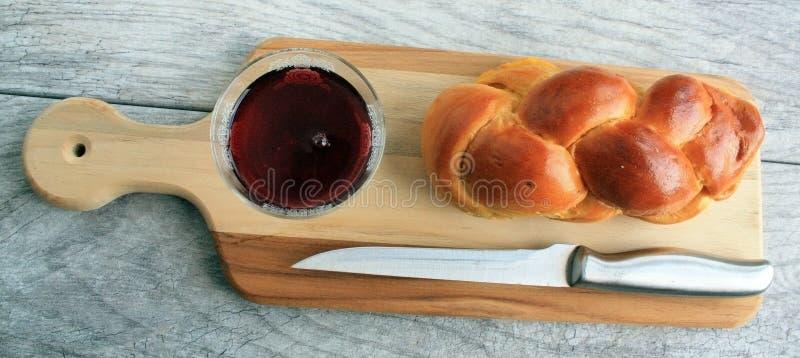 Download Вино хлеба Challah в стекле на взгляд сверху Стоковое Фото - изображение насчитывающей еврейско, вино: 81801190