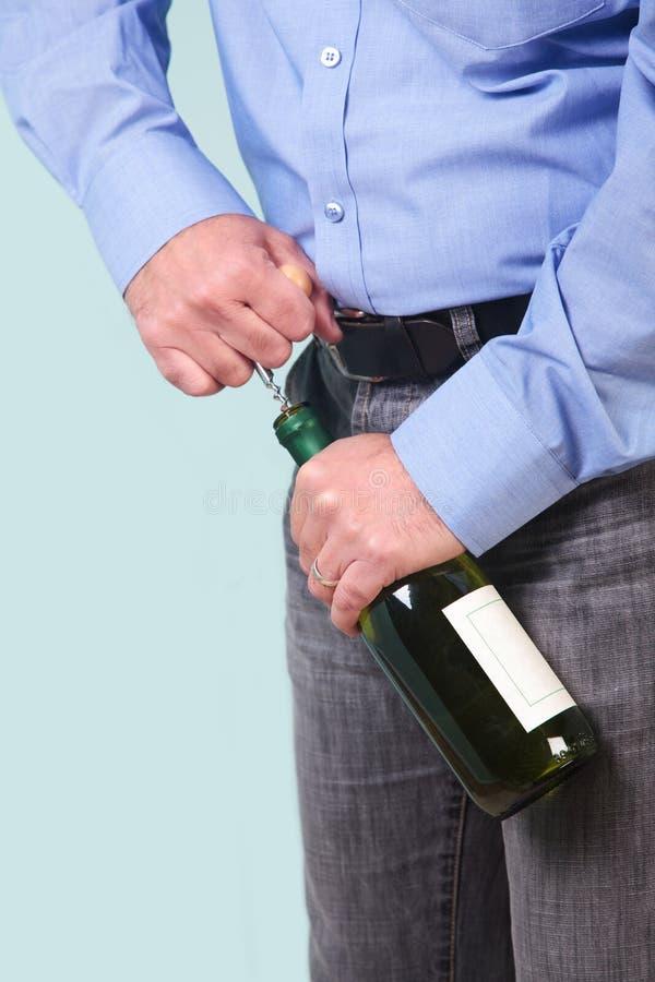 вино человека бутылки раскрывая белое стоковое изображение rf