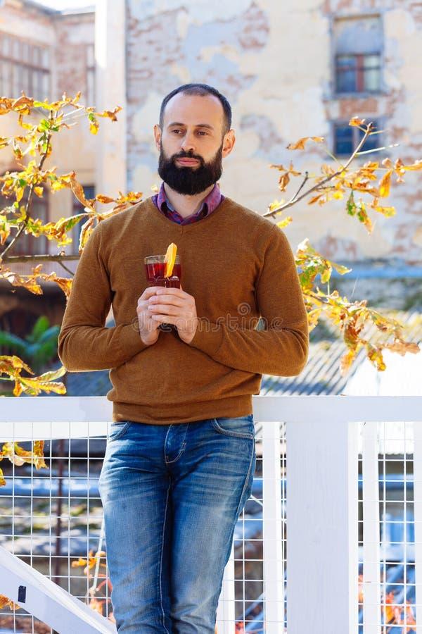 Вино человека парня осени обдумыванное чашкой выходит падение желтого цвета бороды стоковые фото