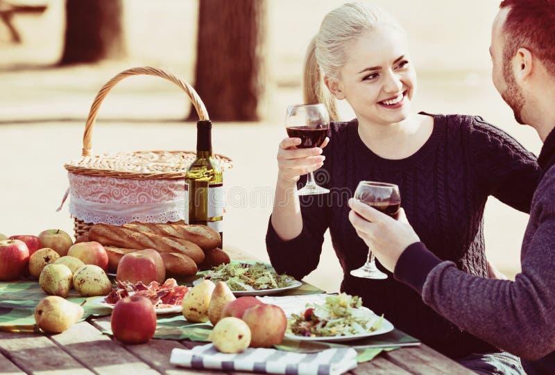 Вино любящих красивых счастливых пар выпивая стоковое фото rf