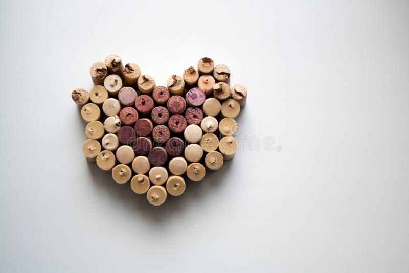 Вино corks силуэт сердца на белой предпосылке стоковые изображения