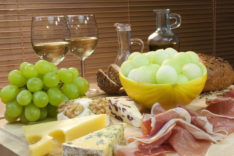 вино parma дыни ветчины виноградин сыра хлеба стоковое изображение rf