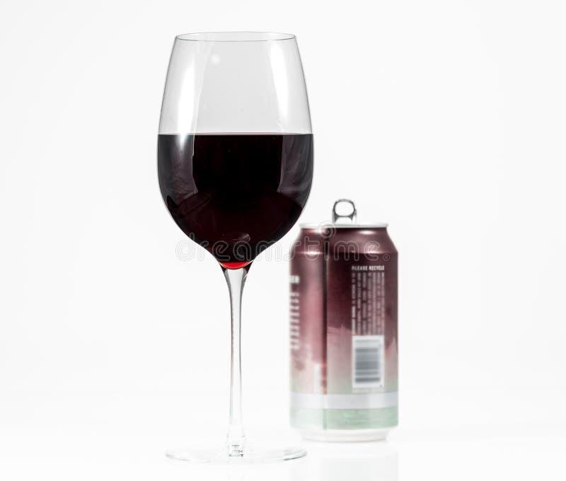 Вино Pinot Noir красное в бокале с консервной банкой одиночной подачи алюминиевой в предпосылке стоковое изображение