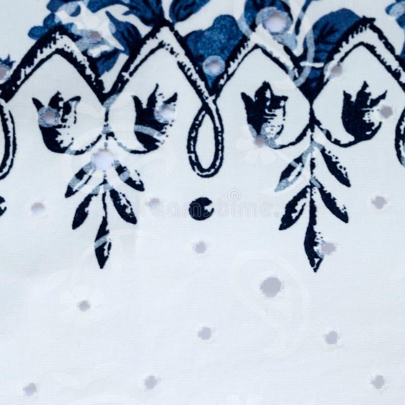 Винтажная белая и голубая хлопко-бумажная ткань с цветочным узором стоковая фотография rf