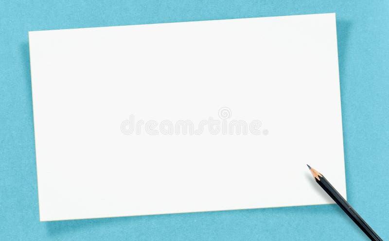 Винтажная белая пустая карточка с карандашем на бумаге ремесла, глумится вверх для стоковое изображение