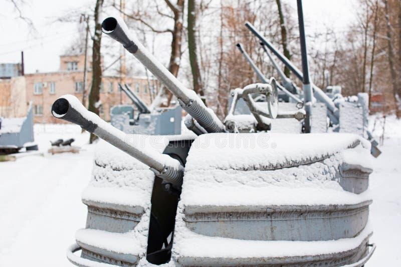 Винтажная военноморская артиллерия Второй Мировой Войны с снегом стоковые изображения