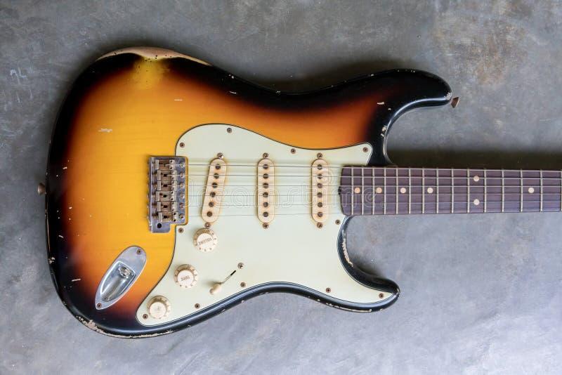 Винтажная гитара cutaway двойника sunburst стоковая фотография rf