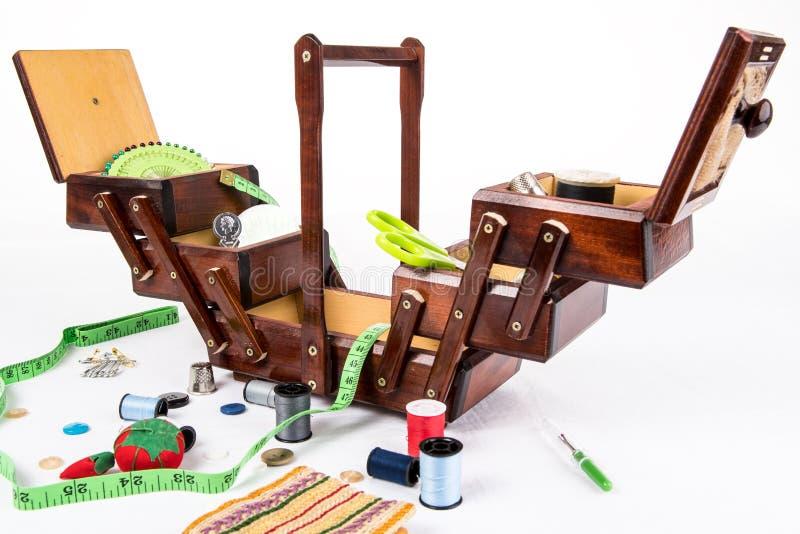 Винтажная деревянная шить коробка для хранения аксессуаров как иглы, утвари, кольцо, пряжа, штыри, валик штыря стоковая фотография
