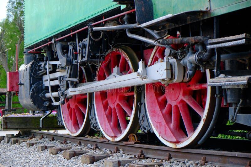 Винтажная деталь локомотива пара с рукоятками и красными колесами стоковое изображение rf