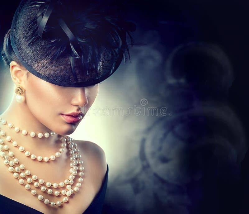 Винтажная девушка стиля нося старомодную шляпу стоковое фото rf