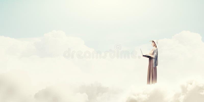 Винтажная девушка с компьтер-книжкой стоковое фото