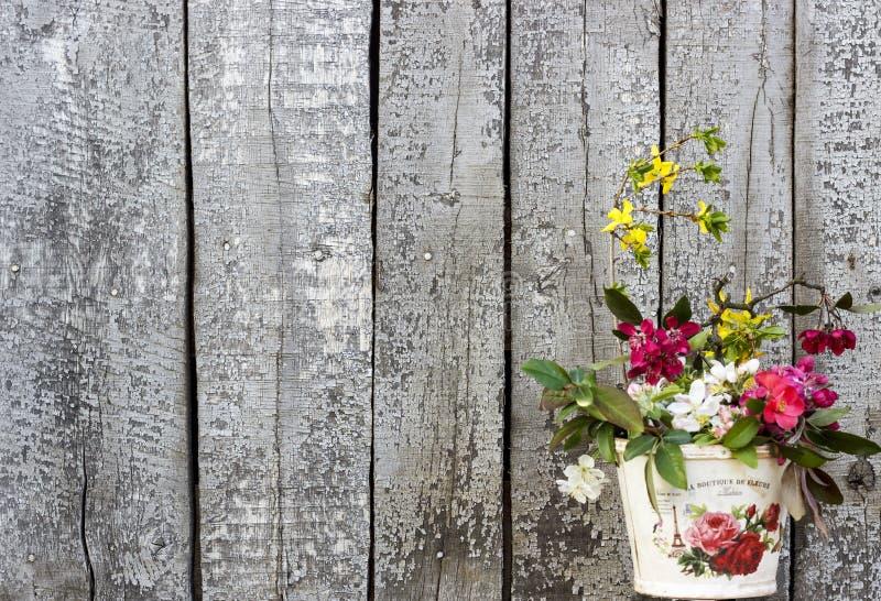 Винтажная деревянная предпосылка с шиком цветков затрапезным стоковые фотографии rf