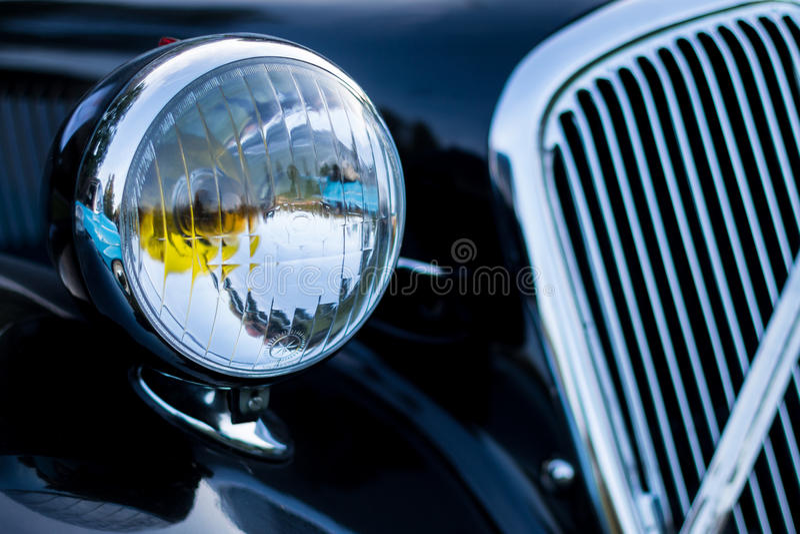Винтажная деталь автомобиля - headlamp стоковая фотография