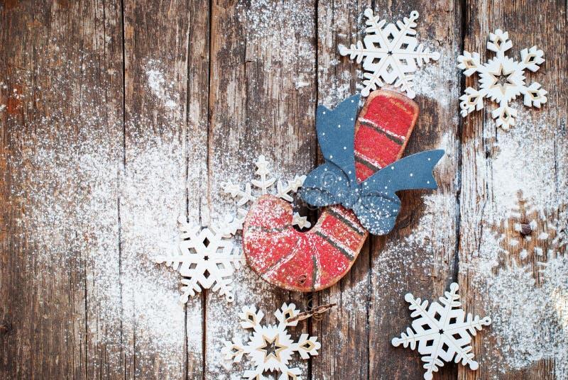 Винтажная ель забавляется тросточка и снежинки конфеты на деревянной предпосылке стоковые фотографии rf
