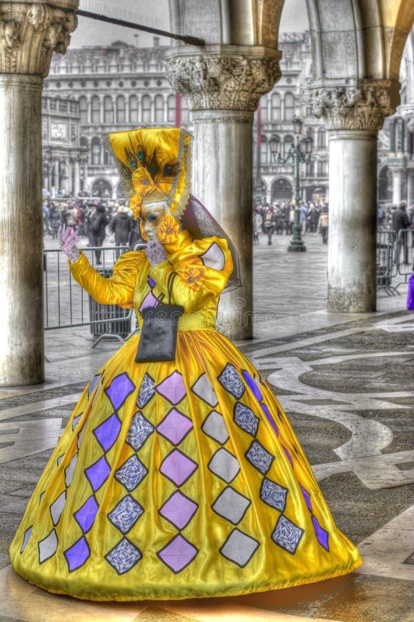 Винтажная женщина в драгоценном желтом платье стоковые фото