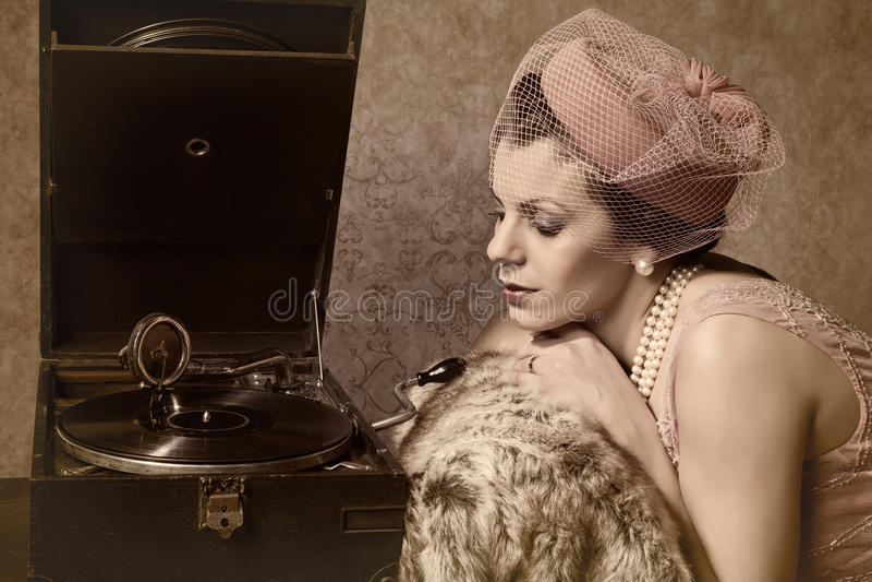 Винтажная женщина и старая музыка стоковые изображения rf