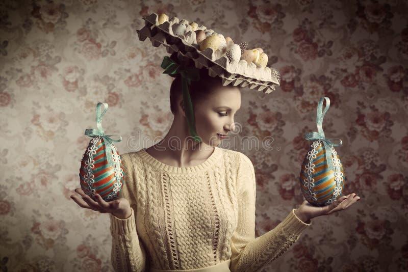 Винтажная женщина с пасхальными яйцами стоковые изображения