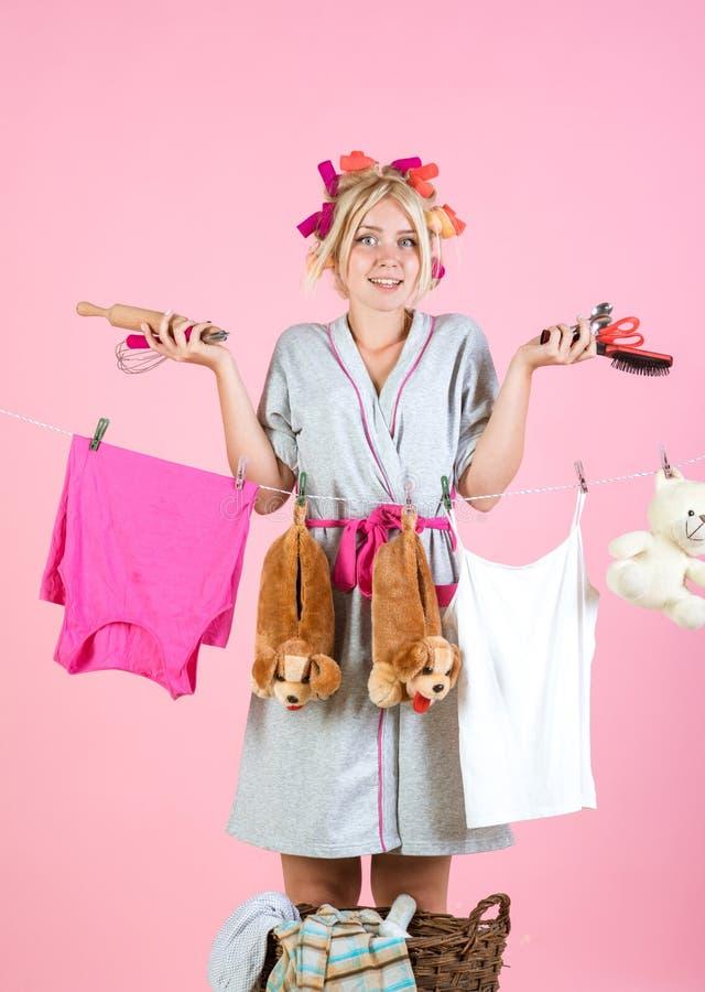 Винтажная женщина эконома многодельная мать Мама Multitasking Выполнять различные обязанности домочадца Заботы горничной или домо стоковые фото