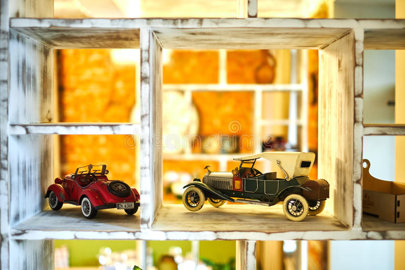 Винтажная игрушка автомобиля стоя на jpg полки стоковые фото
