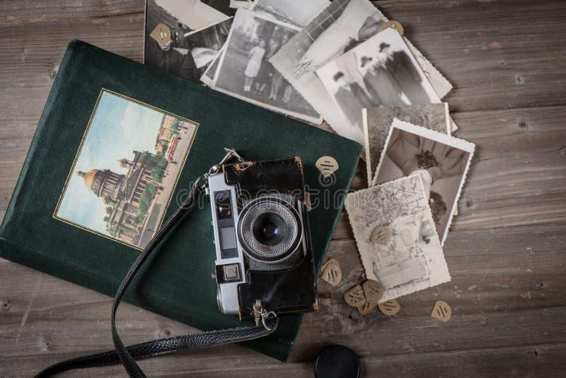 Винтажная камера и альбом с старыми фото стоковые фото