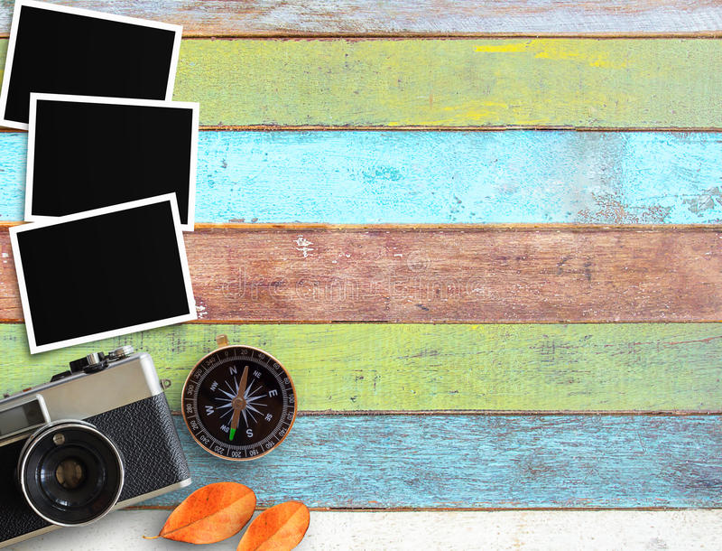 Винтажная камера и старая пустая рамка фото на столе офиса стоковые изображения rf