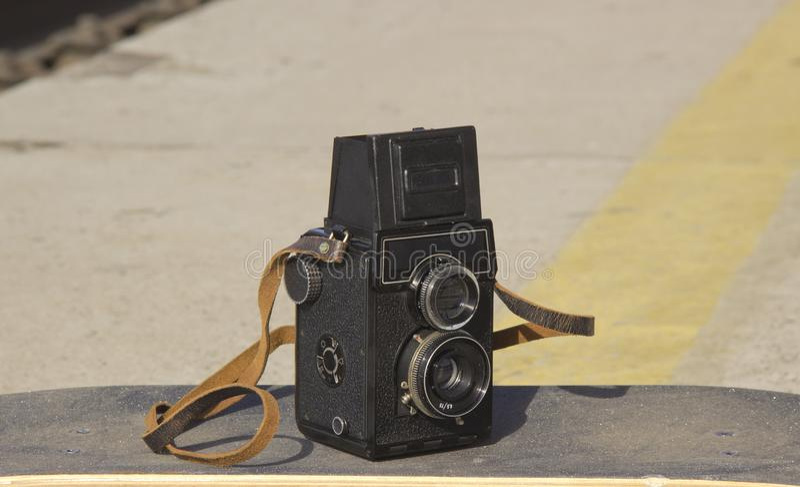Винтажная камера на скейтборде стоковое фото