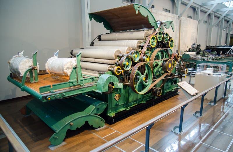 Винтажная кардочесальная машина (1896) показанная на музее Тойота коммеморативном индустрии и технологии стоковое изображение