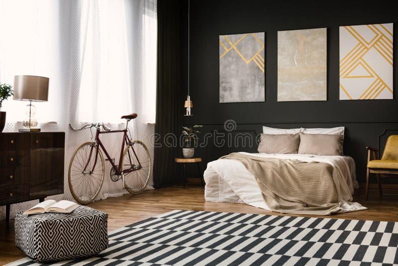 Винтажная комната с кроватью стоковое фото rf