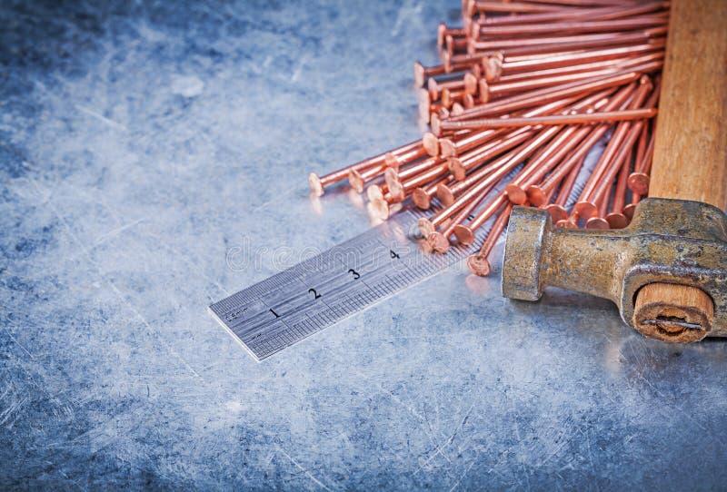 Винтажная конструкция меди молотка с раздвоенным хвостом пригвождает правителя металла на встреченный стоковое фото