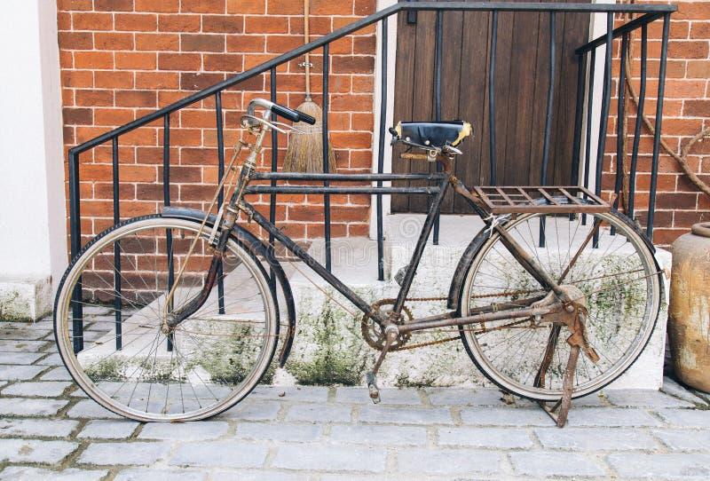 Винтажная концепция - ретро склонность велосипеда против старого здания стоковая фотография rf