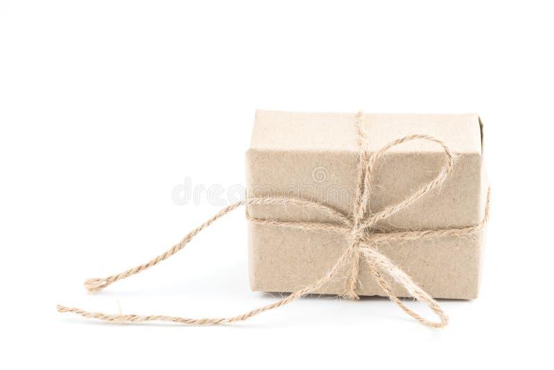 Винтажная коричневая подарочная коробка бумаги ремесла связанная с коричневым ribb смычка веревочки стоковое фото