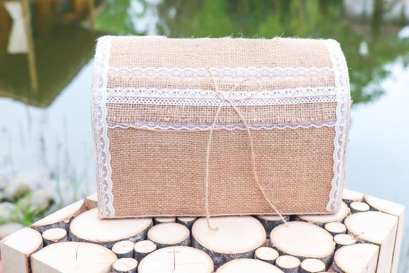 Винтажная коробка для денег на свадьбе Handmade денежный ящик новобрачных стоковое фото