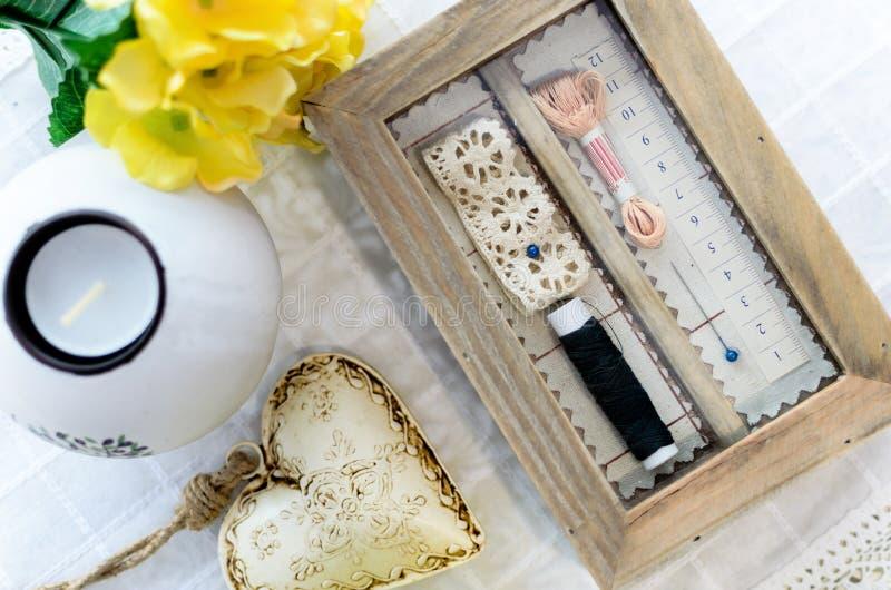 Винтажная коробка для швейного набора стоковые изображения