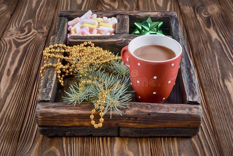 Винтажная коробка тени с зефиром, зеленым смычком и горячим шоколадом на деревянной предпосылке стоковые изображения rf