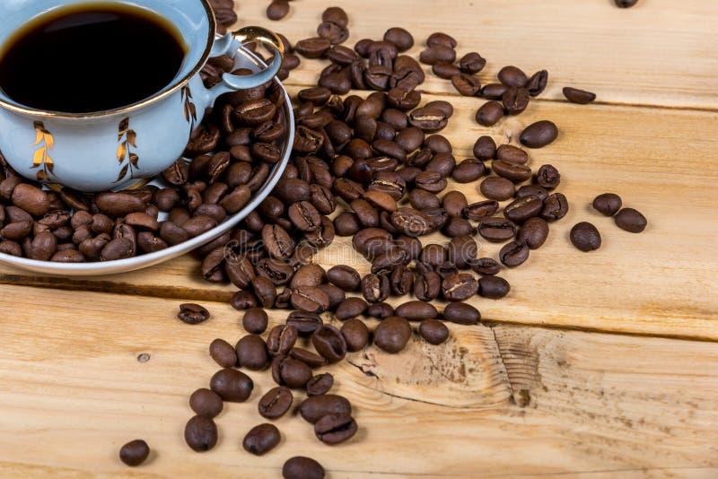 Винтажная кофейная чашка на деревянном столе стоковое изображение rf