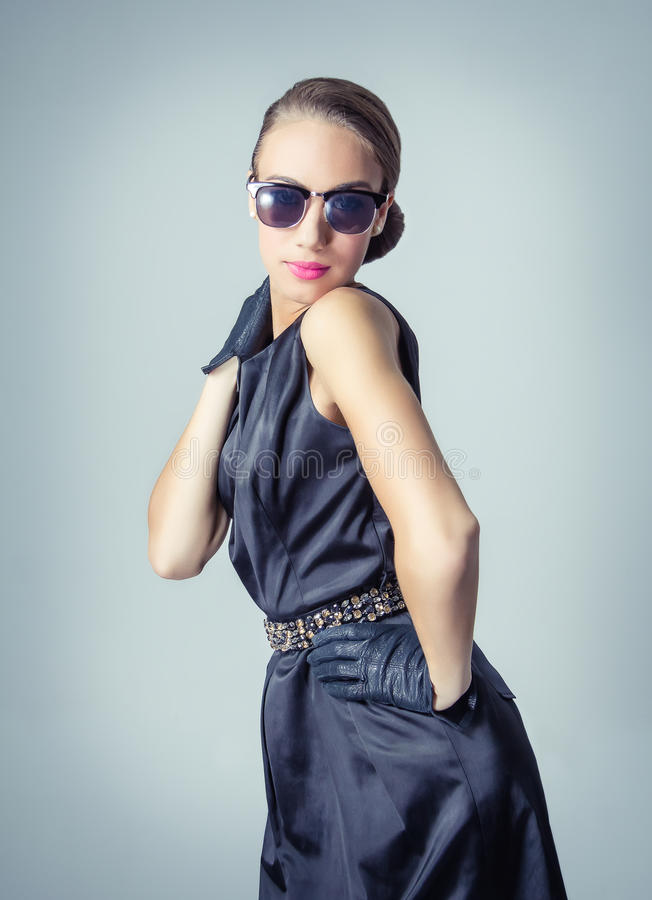 Винтажная красивая девушка моды с солнечными очками стоковое фото rf