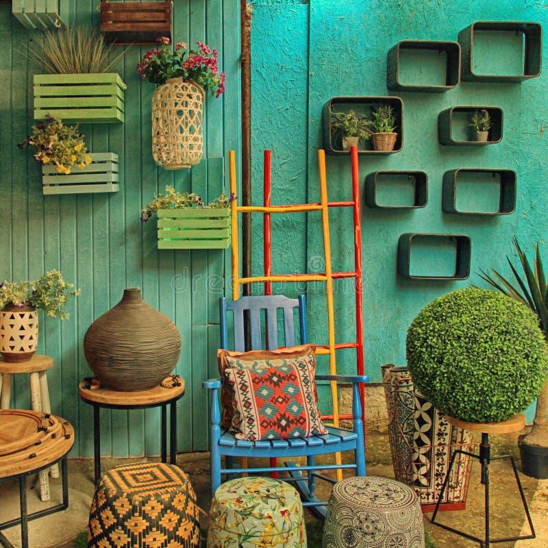 Винтажная красочная мебель и другой штат на магазине на блохе Яффы стоковое изображение rf