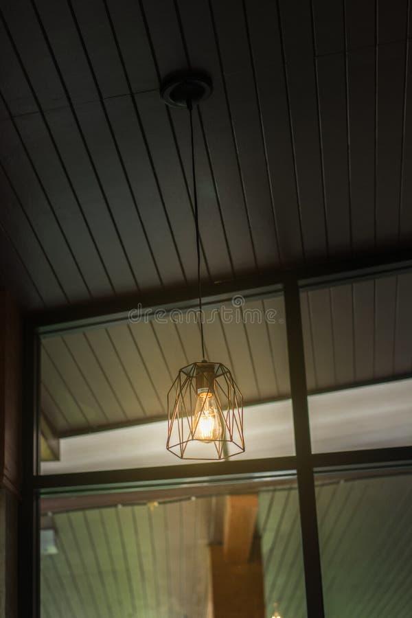 винтажная лампа декоративная в доме, лампа в современном стиле, теплом тоне стоковая фотография rf