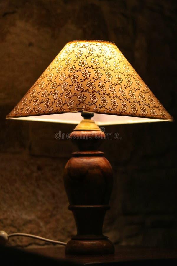 Винтажная лампа около кровати стоковые изображения