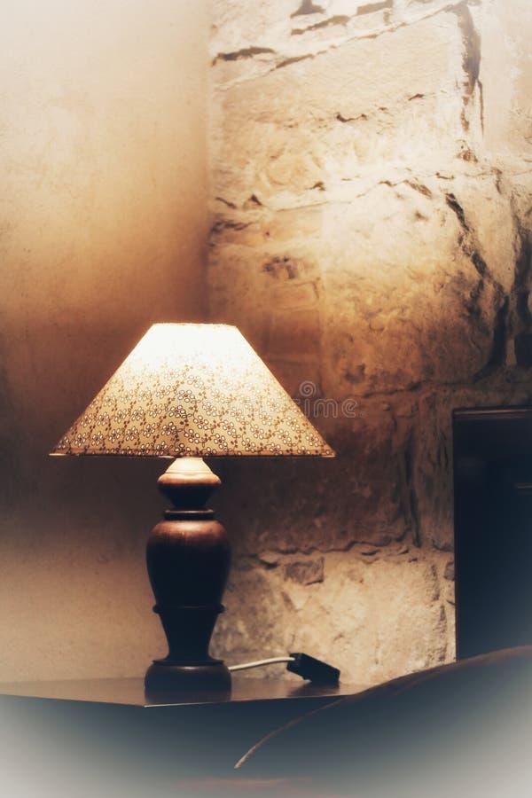 Винтажная лампа около кровати стоковое изображение