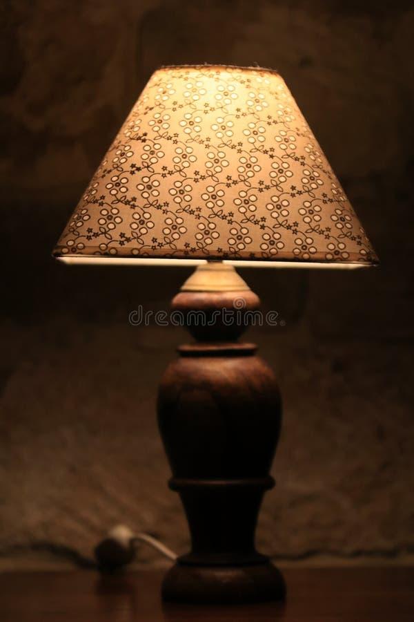 Винтажная лампа около кровати стоковое фото