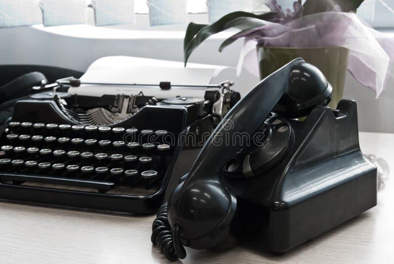 Download Винтажная машинка и телефон Стоковое Изображение - изображение насчитывающей письмо, напишите: 41651783