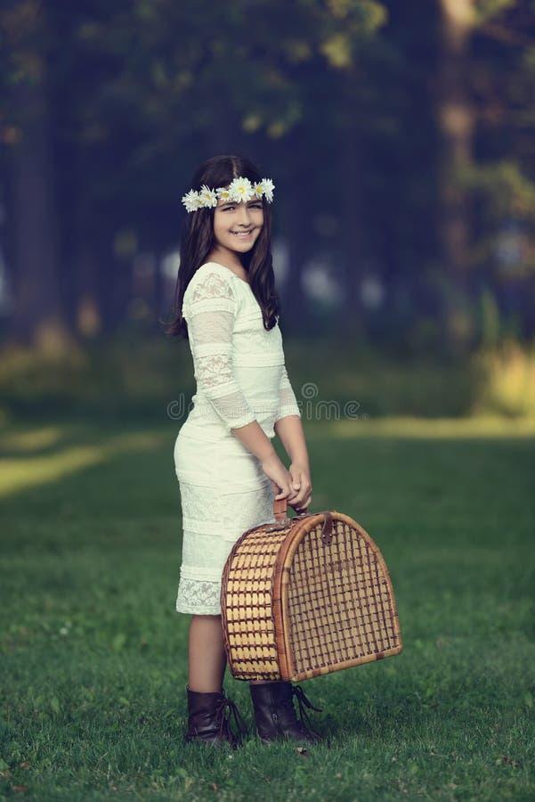 Винтажная маленькая девочка с корзиной пикника стоковое изображение rf