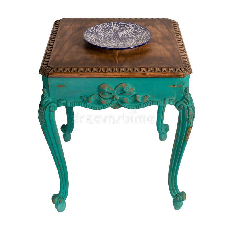 Винтажная мебель - ретро деревянная винтажная таблица с зеленым цветом покрасила ноги изолированный на белизне включая путь клипп стоковая фотография rf