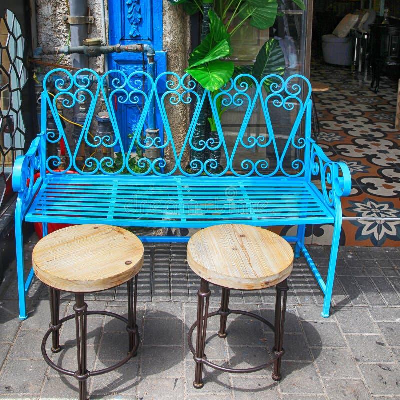 Винтажная мебель утюга сини на блошинном Яффы в Тель-Авив стоковое изображение